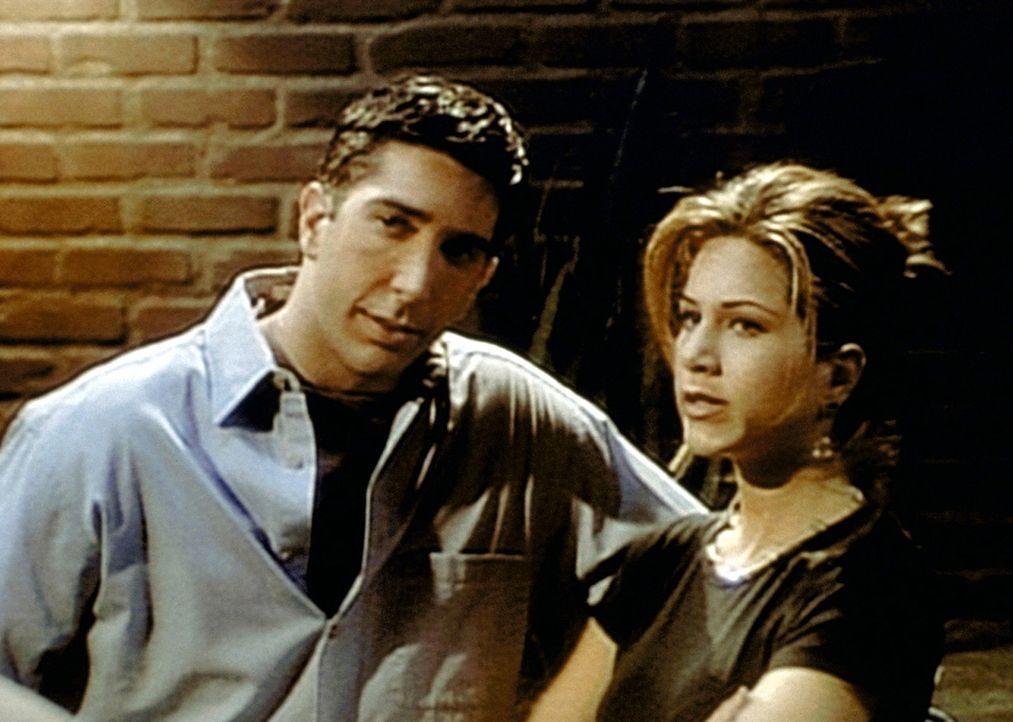 Ross (David Schwimmer, l.) lernt Rachels (Jennifer Aniston, r.) neuen Freund kennen und versteht nicht, was sie an ihm findet. - Bildquelle: TM+  2000 WARNER BROS.