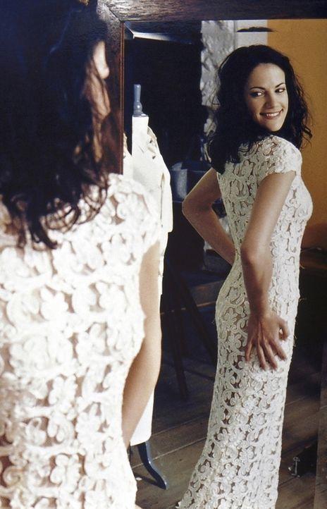 Voller Stolz führt Anne (Bettina Zimmermann) ihren Freundinnen das ungewöhnliche Hochzeitskleid vor. Doch die teilen Annes Begeisterung über die... - Bildquelle: ProSieben