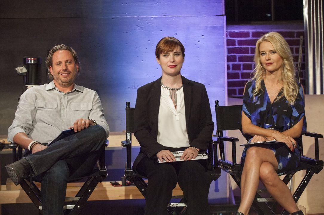 Welcher der sechs Möbeldesigner kann die Jury (v.l.n.r.) Jason Chauncey, Besitzer des Möbelversands Brownstone Upholstery, Amanda Dameron, Chefredak... - Bildquelle: 2015 Warner Bros.