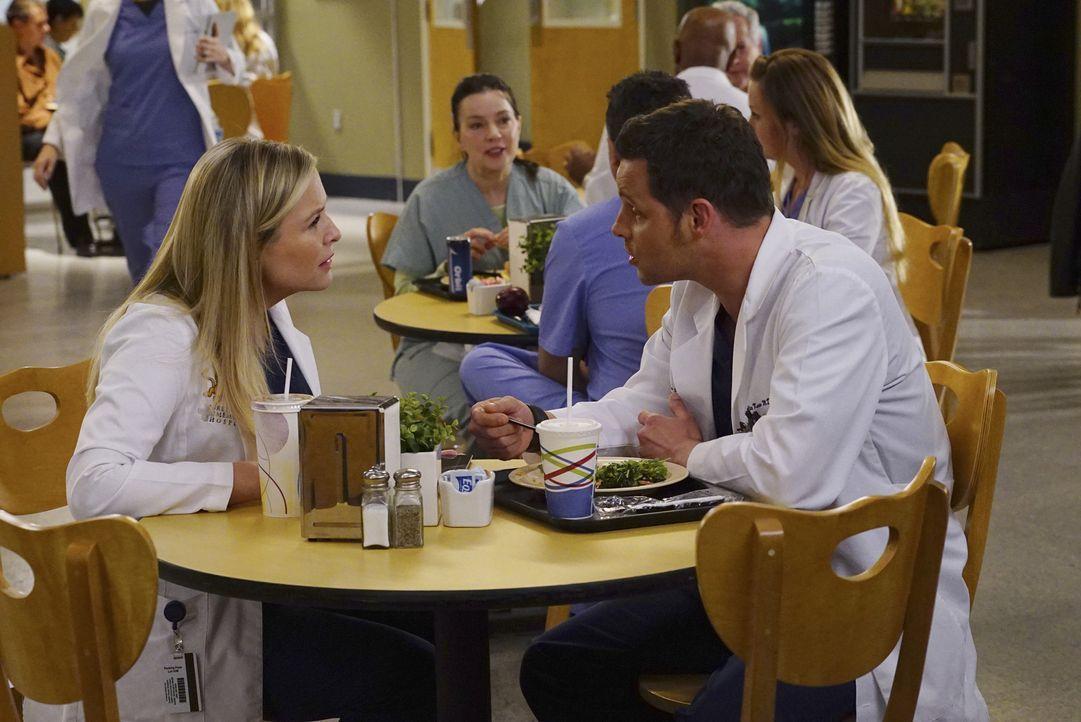 Callie und Arizona (Jessica Capshaw, l.) bitten ihre Freunde in einer schwierigen Lebenslage um Hilfe. Doch wird Alex (Justin Chambers, r.) wirklich... - Bildquelle: Richard Cartwright ABC Studios