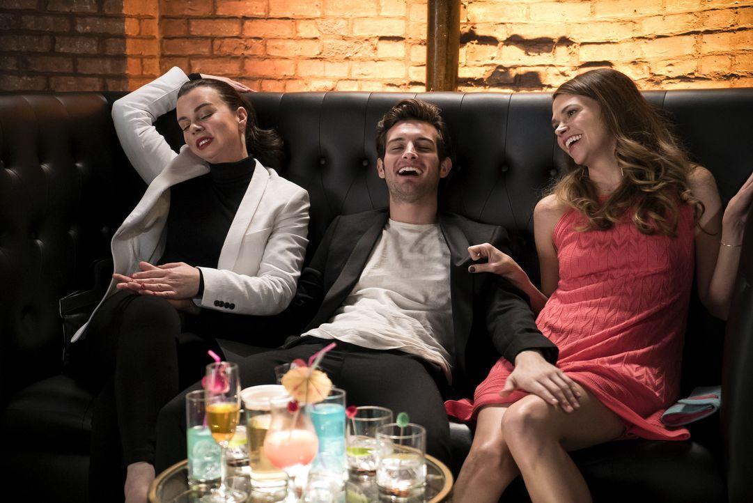Ahnen noch nicht, dass sich ihr Leben schon bald drastisch ändern könnte: Maggie (Debi Mazar, l.), Josh (Nico Tortorella, M.) und Liza (Sutton Foste... - Bildquelle: Hudson Street Productions Inc 2015