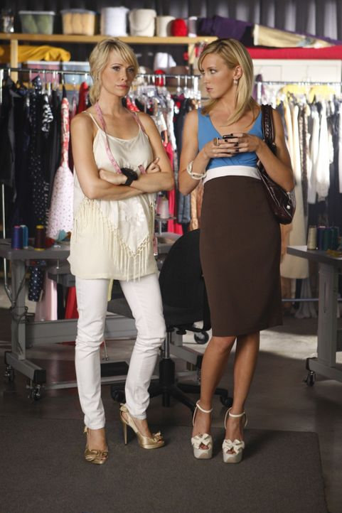 Wird Janes (Josie Bissett, l.) Erpressung Ellas (Katie Cassidy, r.) Karriere zerstören? - Bildquelle: 2009 The CW Network, LLC. All rights reserved.