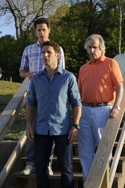 Evan (Paulo Costanzo, l.) und Hank (Mark Feuerstein, M.) machen sich sofort auf den Weg zu ihrem Vater Eddie (Henry Winkler, r.), als dieser beim Be... - Bildquelle: Barbara Nitke 2011 Open 4 Business Productions, LLC. All Rights Reserved. / Barbara Nitke