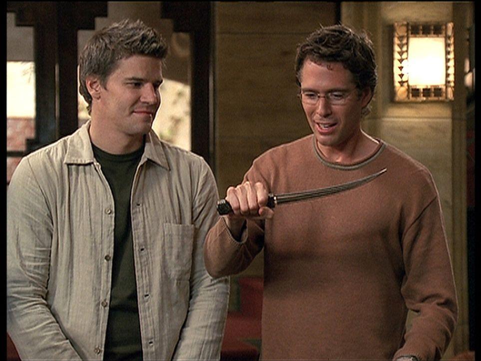 Angel (David Boreanaz, l.) hat Wesley (Alexis Denisof, r.) einen Dolch mitgebracht, den er sich schon lange gewünscht hat ... - Bildquelle: 20th Century Fox. All Rights Reserved.