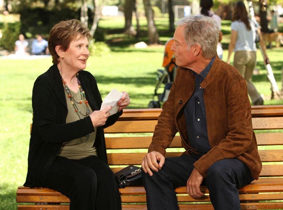 Glen (Richard Chamberlain, r.) macht Lynette und Stella (Polly Bergen, l.) den Vorschlag, dass Stella zu ihm ziehen könnte, da er sich seit dem Tod... - Bildquelle: ABC Studios