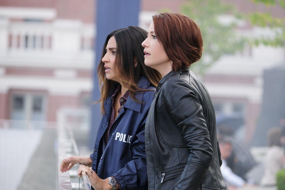 Alex (Chyler Leigh, r.) vertraut Maggie (Floriana Lima, l.) ein Geheimnis an, bevor sie beide vor den Traualtar treten ... - Bildquelle: 2017 Warner Bros.