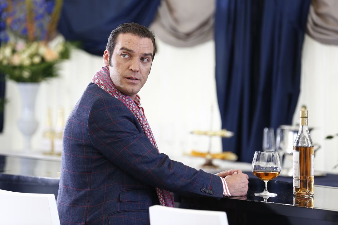 Königin Helena macht gemeinsame Sache mit Cyrus (Jake Maskall), um gegen König Simon zu arbeiten, während Prinzessin Eleanor von Jasper erpresst wir... - Bildquelle: Tim Whitby 2014 E! Entertainment Media LLC/Lions Gate Television Inc. / Tim Whitby