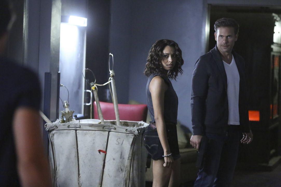 Obwohl Alaric (Matthew Davis, r.) Bonnie (Kat Graham, l.) versprochen hat, den seltsamen Stein zu zerstören, behält er diesen versteckt und führt Bo... - Bildquelle: Warner Bros. Entertainment, Inc.