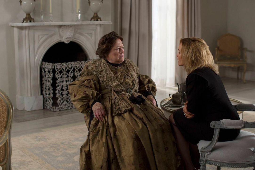 Fiona (Jessica Lange, r.) hofft, von Madame Delphine LaLaurie (Kathy Bates, l.) das Mittel zum ewigen Leben zu bekommen ... - Bildquelle: 2013-2014 Fox and its related entities. All rights reserved.