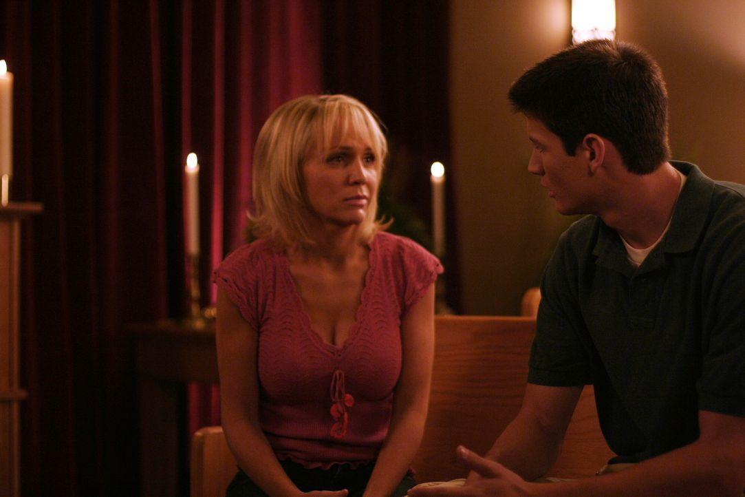Deb (Barbara Alyn Woods, l.) kann mit ihren Schuldgefühlen nicht umgehen und wendet sich an Nathan (James Lafferty, r.) ... - Bildquelle: Warner Bros. Pictures