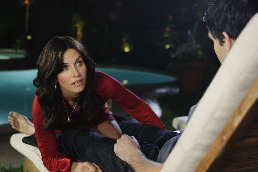 Gerade als es Jules (Courteney Cox, l.) und Matt (David Clayton Rogers, r.) richtig loslegen möchten, taucht ihr Sohn Travis auf ... - Bildquelle: 2009 ABC INC.