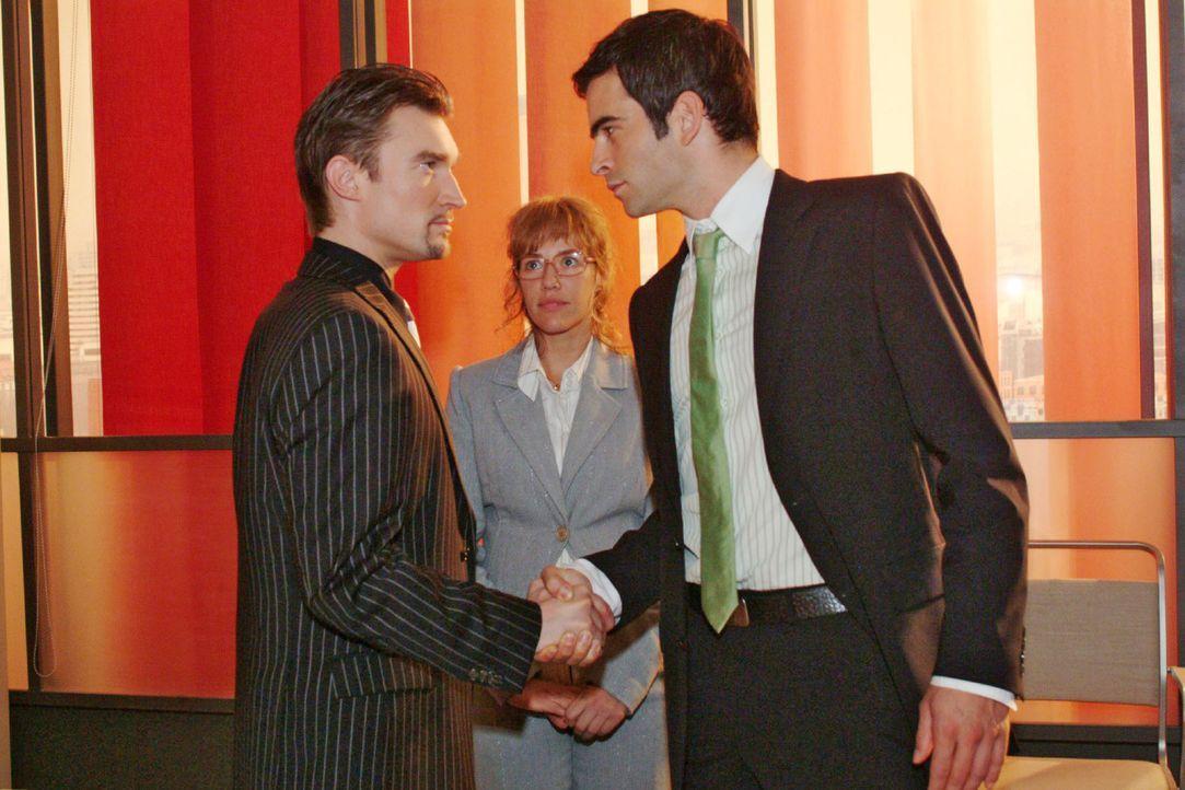Lisa (Alexandra Neldel, M.) muss hilflos mit ansehen, wie der Streit zwischen Richard (Karim Köster, l.) und David (Mathis Künzler, r.) wieder auf... - Bildquelle: Monika Schürle Sat.1