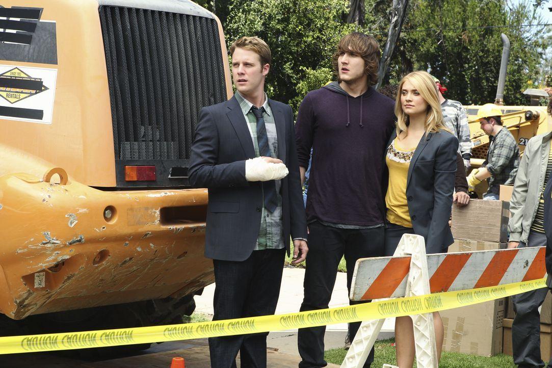 Evan (Jake McDorman, l.), Cappie (Scott Michael Foster, M.) und Casey (Spencer Grammer, r.) im Einsatz gegen den Abriss des Kappa Tau Hauses ...
