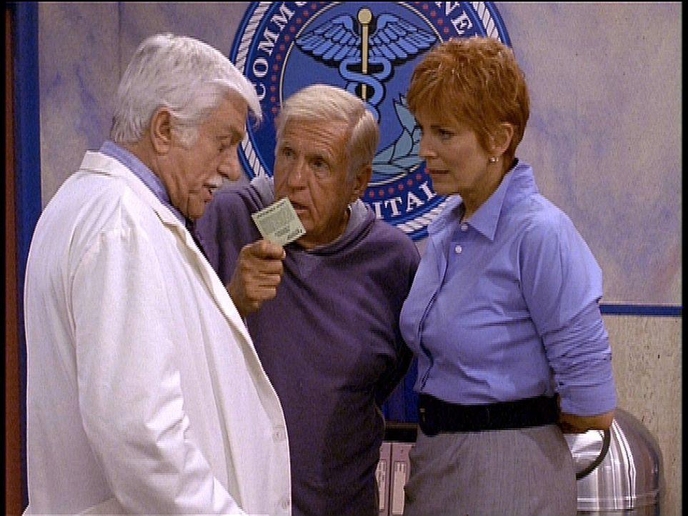 Mark (Dick Van Dyke, l.) und die neue Dekanin Madison Wesley (Joanna Cassidy, r.) lehnen es ab, den Parkschein von Marks Bruder Stacy (Jerry Van Dyk... - Bildquelle: Viacom