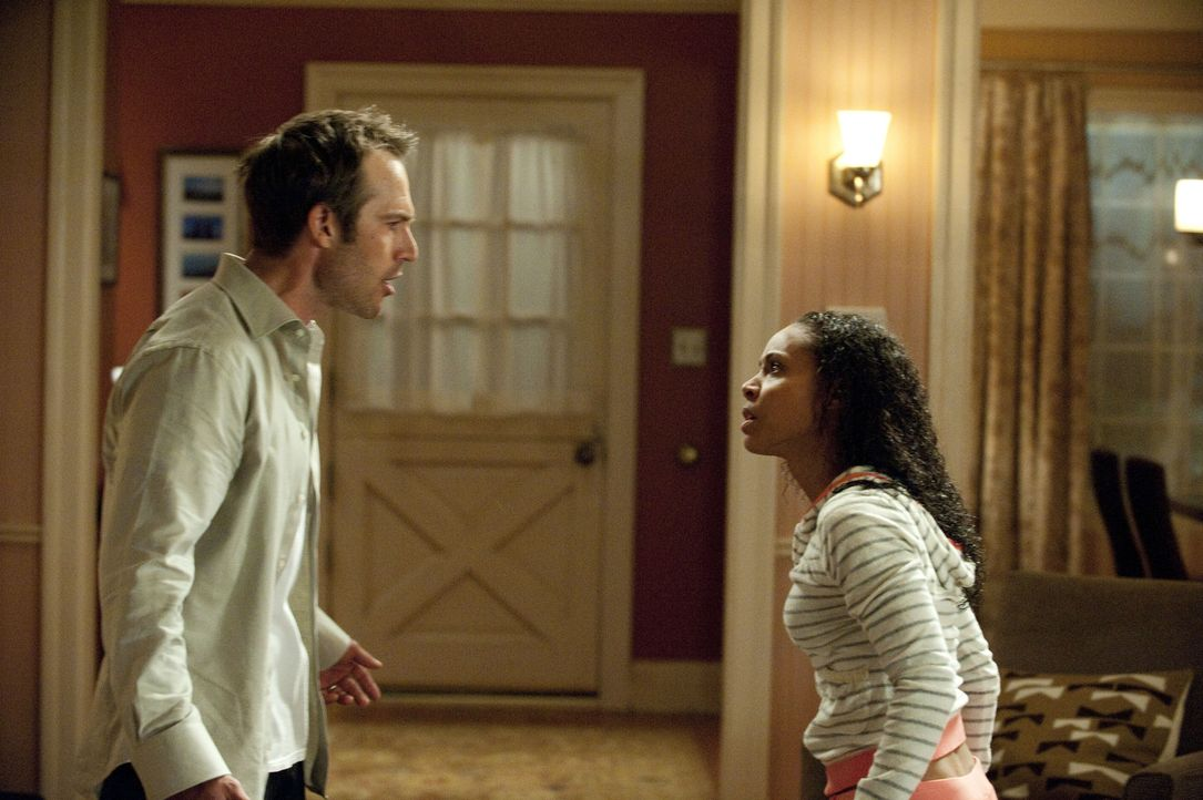 Nachdem Christina (Jada Pinkett Smith, r.) bei Nicks Mutter eingeschlafen ist und Tom (Michael Vartan, l.) erfährt, dass sie die Nacht in Nicks Hau... - Bildquelle: 2011 Sony Pictures Television Inc. All Rights Reserved.