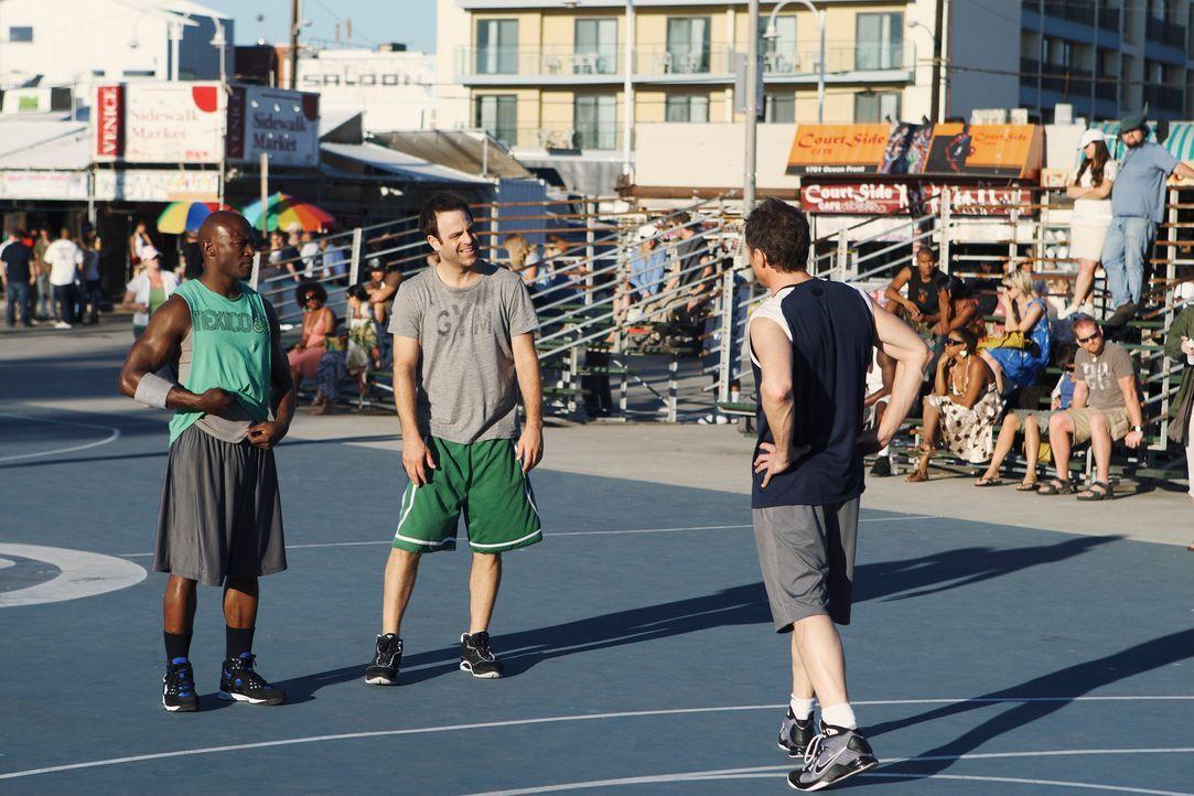 Bei einem Basketballspiel von Cooper (Paul Adelstein, M.), Sam (Taye Diggs, l.) und Pete (Tim Daly, r.) flirtet Naomi mit einem Spieler der gegneris... - Bildquelle: ABC Studios