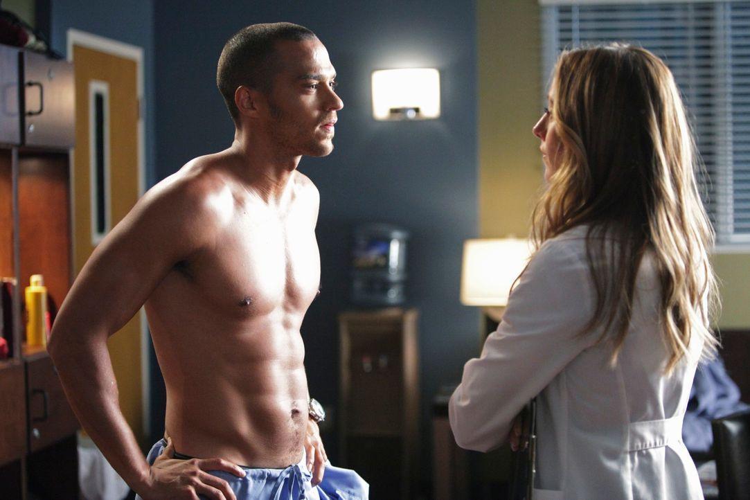 Nachdem Jackson (Jesse Williams, l.) mitbekommen hat, dass Teddy (Kim Raver, r.) ihn attraktiv findet, versucht er sich seinen Weg in ihre Operation... - Bildquelle: ABC Studios