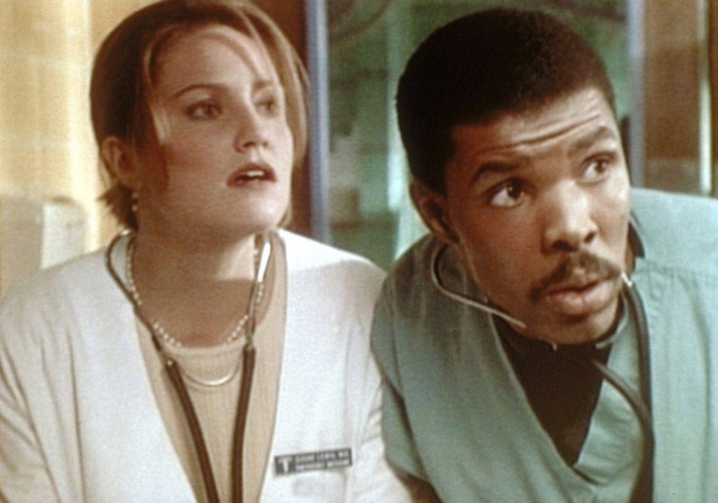 Die Herzattacke eines 17-jährigen gibt Dr. Lewis (Sherry Stringfield, l.) und Dr. Benton (Eric LaSalle, r.) Rätsel auf. - Bildquelle: TM+  WARNER BROS.