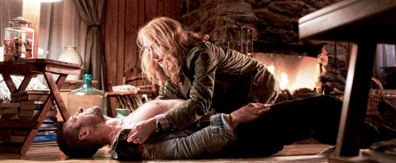 Als William Grant (Scott Speedman, unten) schwer verletzt bei Helen Matthews (Patricia Clarkson, oben) auf der Insel angespült wird, pflegt sie ihn... - Bildquelle: TiberusFilm