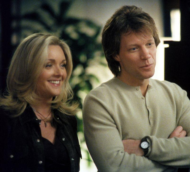 Unverhofft kommt oft: Victor (Jon Bon Jovi, r.) und Elaine (Jane Krakowski, l.) stehen der kleinen Maddie mit gemischten Gefühlen gegenüber ... - Bildquelle: 2002 Twentieth Century Fox Film Corporation. All rights reserved.