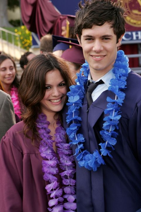 Endlich haben sie ihren Abschluss: Seth (Adam Brody, r.) und Summer (Rachel Bilson, l.) ... - Bildquelle: Warner Bros. Television