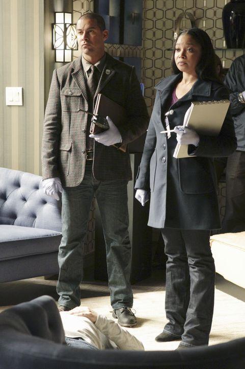 Javier Esposito (Jon Huertas, l.) untersucht zusammen mit Lanie Parish (Tamala Jones, r.) den Tatort. Werden sie einen Hinweis auf den Mörder finden? - Bildquelle: ABC Studios