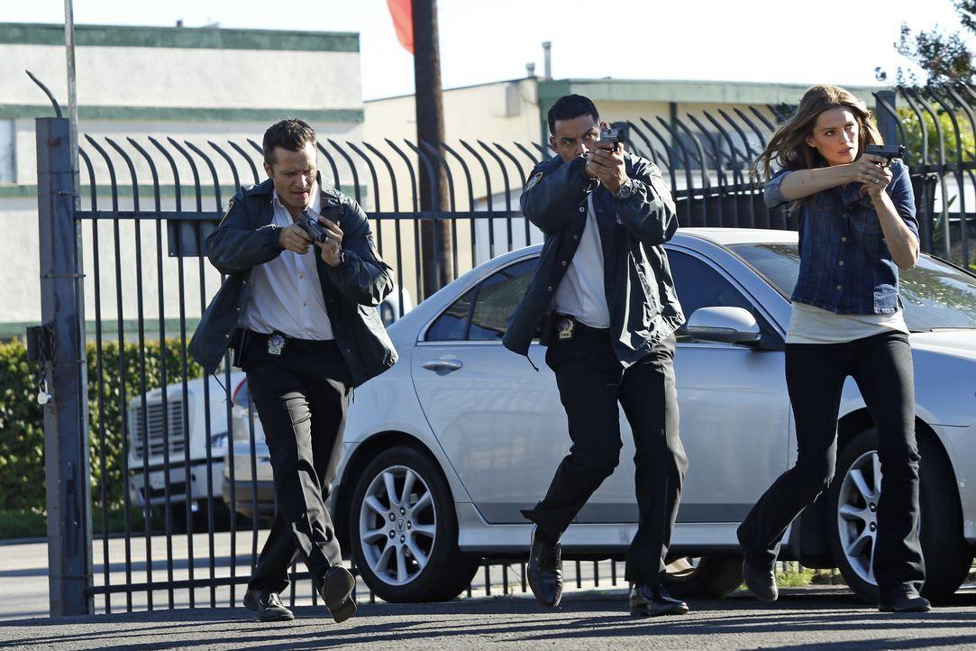 In wessen Gewalt befindet sich Richard Castle? Ryan (Seamus Dever, l.), Esposito (Jon Huertas, M.) und Kate Beckett (Stana Katic, r.) werden es hera... - Bildquelle: Kelsey McNeal ABC Studios / Kelsey McNeal