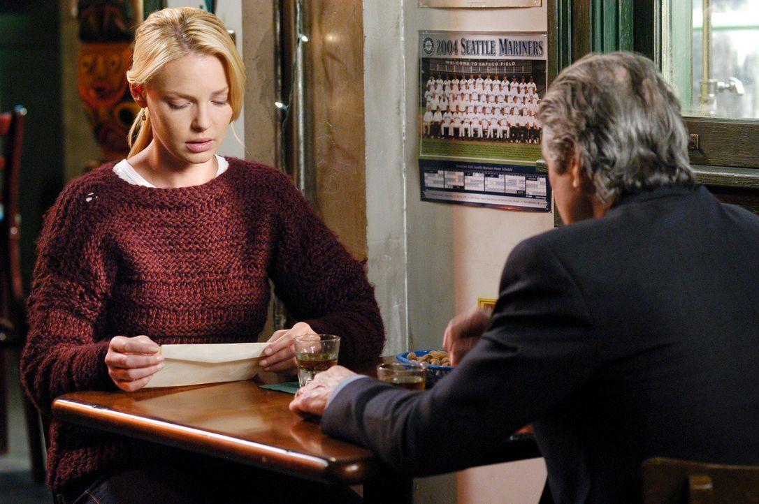 Nach einem längeren Gespräch gibt Dennys Vater (Fred Ward, r.) Izzie (Katherine Heigl, l.) einen Brief, der sie betroffen macht  ... - Bildquelle: Touchstone Television