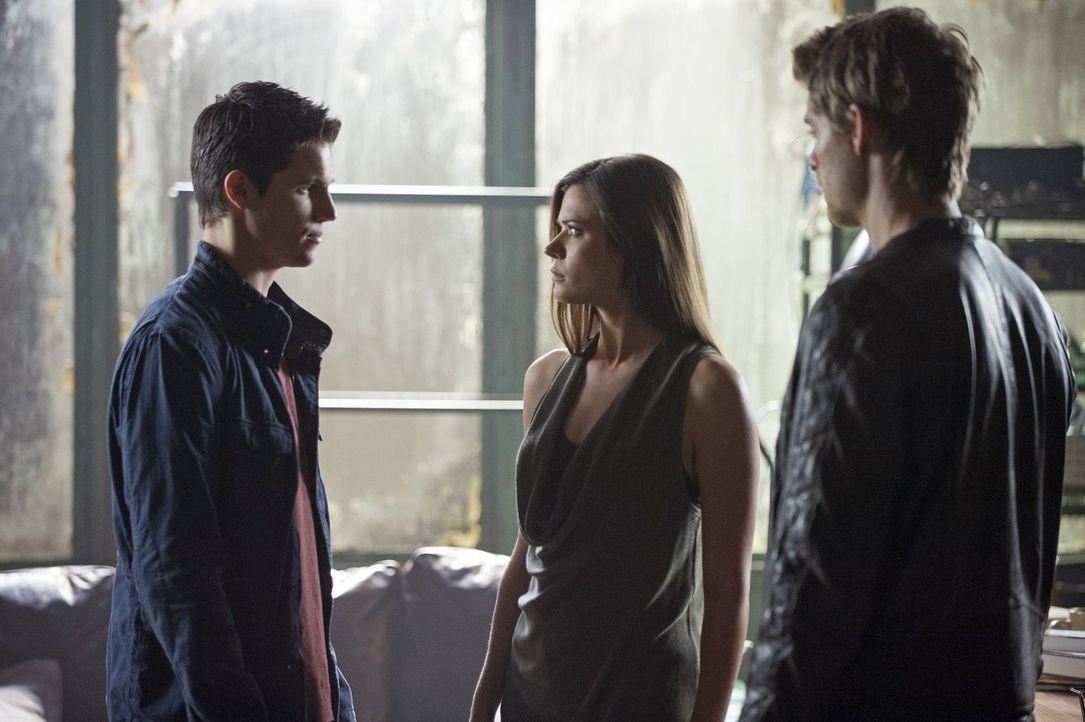 Die Situation zwischen Stephen (Robbie Amell, l.), Cara (Peyton List, M.) und John (Luke Mitchell, r.) ist mehr als nur angespannt ... - Bildquelle: Warner Bros. Entertainment, Inc