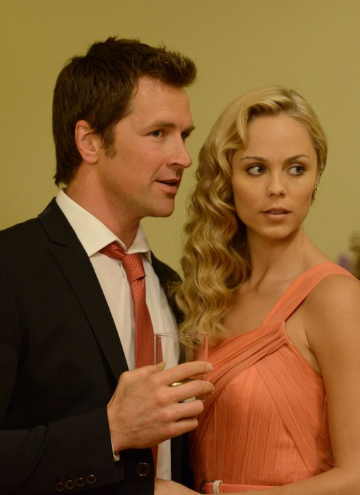 Sollte Philip (Paul Greene, l.) ausgerechnet an der Hochzeit seiner Schwester das Geheimnis von Elena (Laura Vandervoort, r.) lüften? - Bildquelle: 2014 She-Wolf Season 1 Productions Inc.
