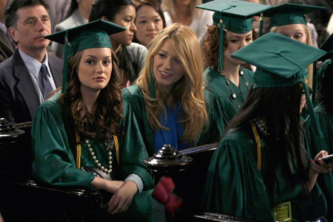 Blair (Leighton Meester, l.) erzählt Serena (Blake Lively, 2.v.l.) von ihrer schwierigen Beziehung zu Chuck ... - Bildquelle: Warner Brothers