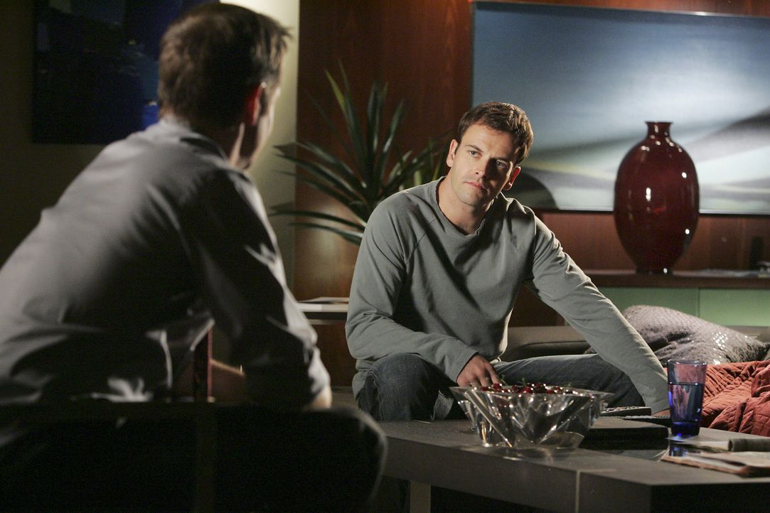 Nathan (Matthew Letscher, l.) versucht, seinen Bruder Eli (Jonny Lee Miller, r.) in der schwierigen Zeit zu untersützen. Die Trennung von Taylor set... - Bildquelle: Disney - ABC International Television