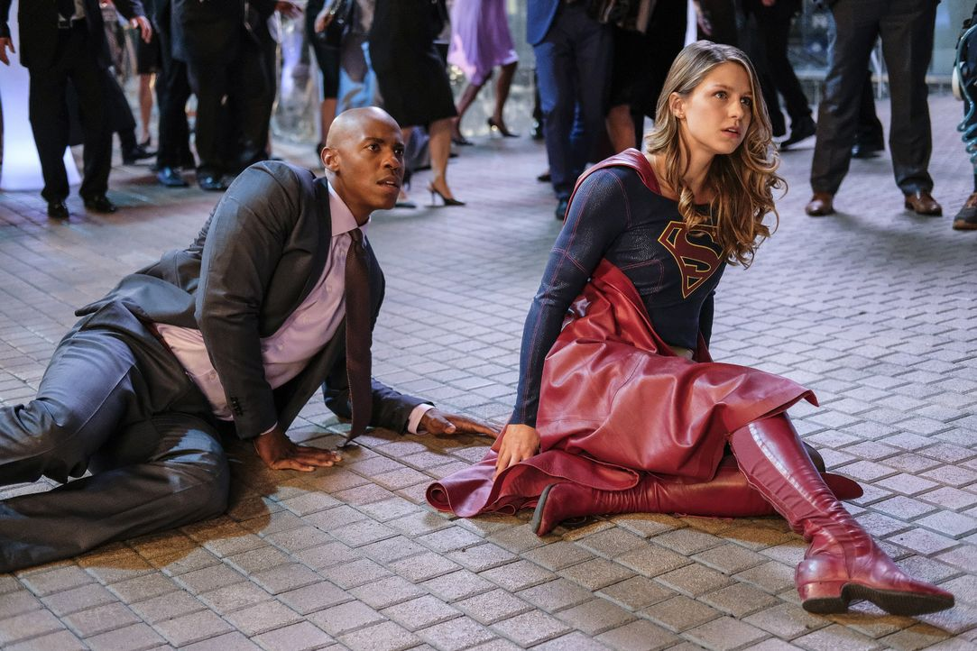 Supergirl (Melissa Benoist, r.) und James (Mehcad Brooks, l.) werden direkt vor CatCo von einer Gang überwältigt und übel zugerichtet. Als die Super... - Bildquelle: 2016 Warner Bros. Entertainment, Inc.