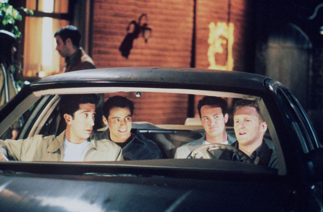 (v.li.n.re.) Ross (David Schwimmer), Joey (Matt LeBlanc) und Chandler (Matthew Perry) dürfen Phoebes Freund Gary (Michael Rapaport) in dessen Strei... - Bildquelle: TM+  2000 WARNER BROS.