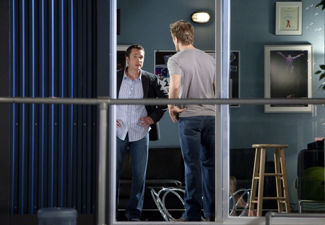 Steve Tanner (Anthony Starke, l.) hat mit Sasha Beloff (Neil Jackson, r.) ein Hühnchen zu rupfen ... - Bildquelle: 2010 Disney Enterprises, Inc. All rights reserved.