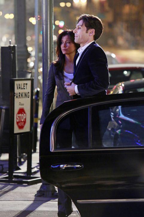 Scarlet Jones (Kelly Hu, l.), die eigentlich für die Sicherheit von Beau Randolph (Jordan Belfi, r.) zuständig ist, wird von ihm angewiesen, außerha... - Bildquelle: 2012 American Broadcasting Companies, Inc. All rights reserved.
