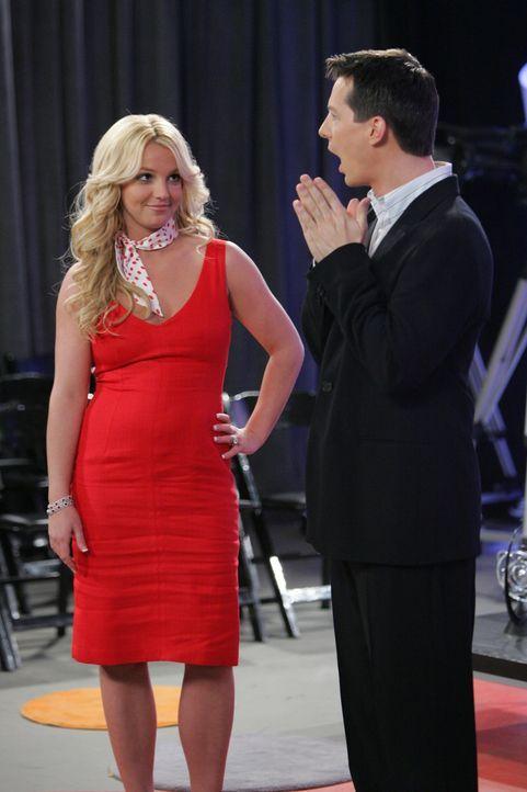 Jacks (Sean Hayes, r.) Talkshow wird völlig neu gestaltet, und er bekommt die extrem konservative Co-Moderatorin Amber-Louise (Britney Spears, l.) v... - Bildquelle: Chris Haston NBC Productions