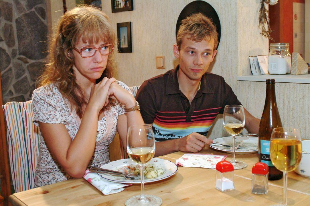 Beim Abendessen werden Lisa (Alexandra Neldel, l.) und Jürgen (Oliver Bokern, r.) in eine Rolle gedrängt, die ihnen nicht wirklich angenehm zu sein... - Bildquelle: Monika Schürle SAT.1 / Monika Schürle
