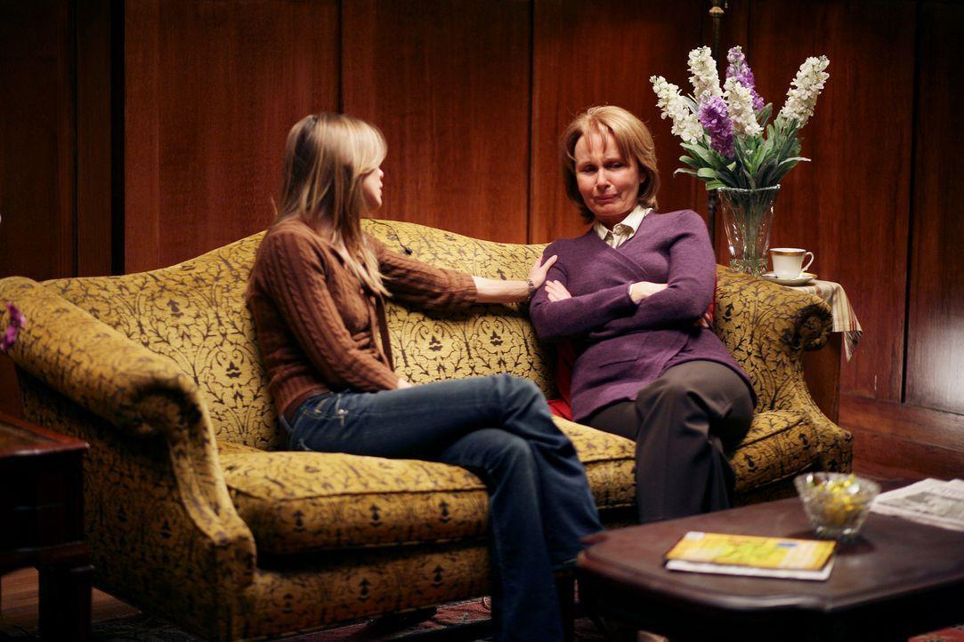 Meredith (Ellen Pompeo, l.) trifft sich mit ihrer Mutter (Kate Burton, r.) und erzählt ihr, dass Richard nicht wieder kommen wird. Sie weißt sofort,... - Bildquelle: Touchstone Television