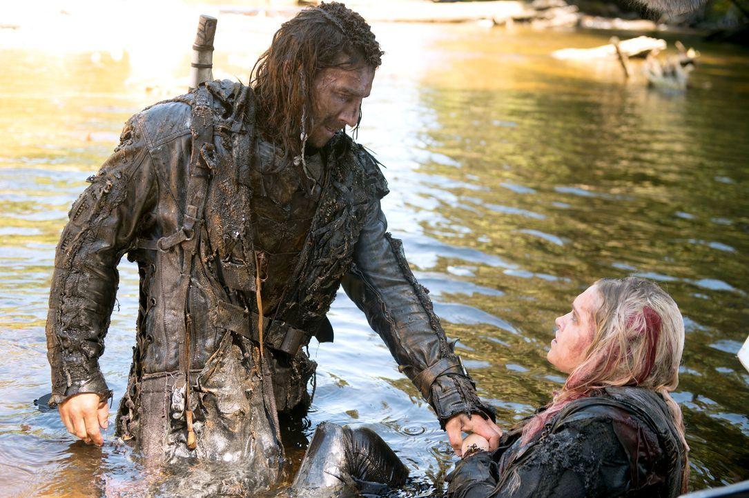 Wird Roan (Zach McGowan, l.) Clarke (Eliza Taylor, r.) tatsächlich an die Königin der Eisnation ausliefern und sie so in den sicheren Tod schicken? - Bildquelle: 2014 Warner Brothers