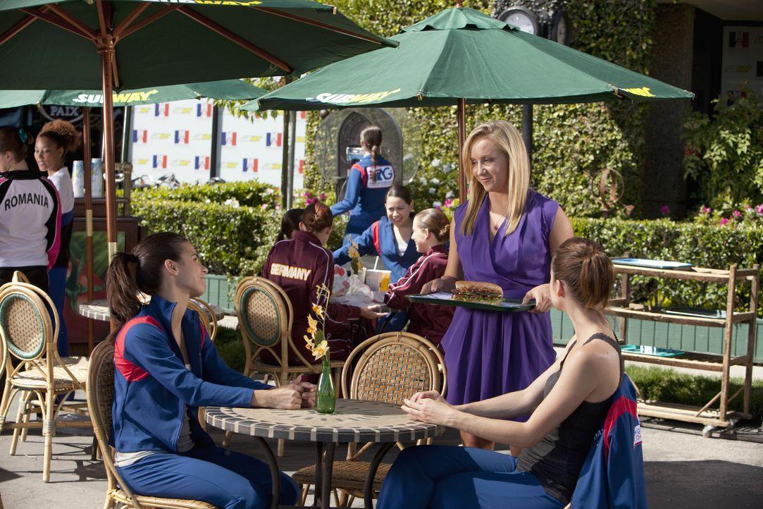 Kaylie (Josie Loren, l.) und Emily (Chelsea Hobbs, r.) treffen zufällig auf Nastia Liukin (Nastia Liukin, M.), die bereits eine Goldmedaille gewonn... - Bildquelle: 2010 Disney Enterprises, Inc. All rights reserved.