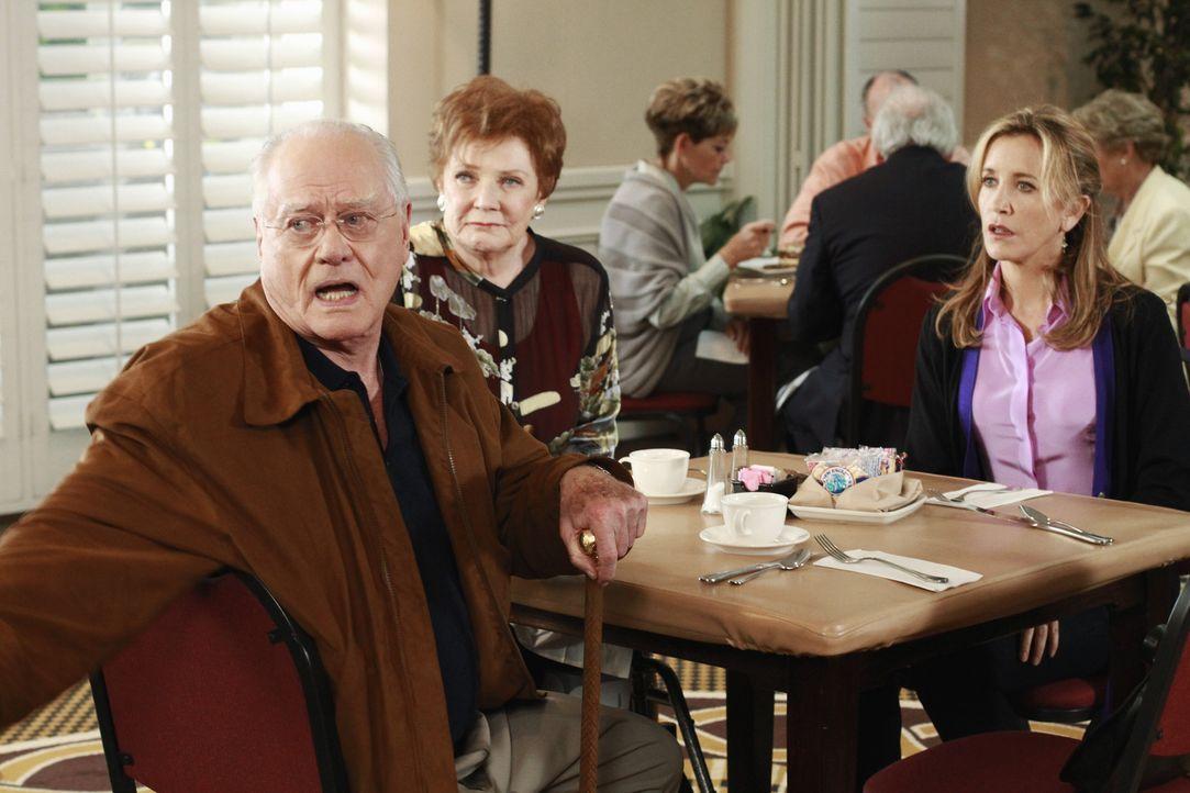 Lynette (Felicity Huffman, r.) erfährt, dass ihre Mutter (Polly Bergen, M.) wieder heiraten will und ist schockiert von Frank (Larry Hagman, l.), ih... - Bildquelle: ABC Studios