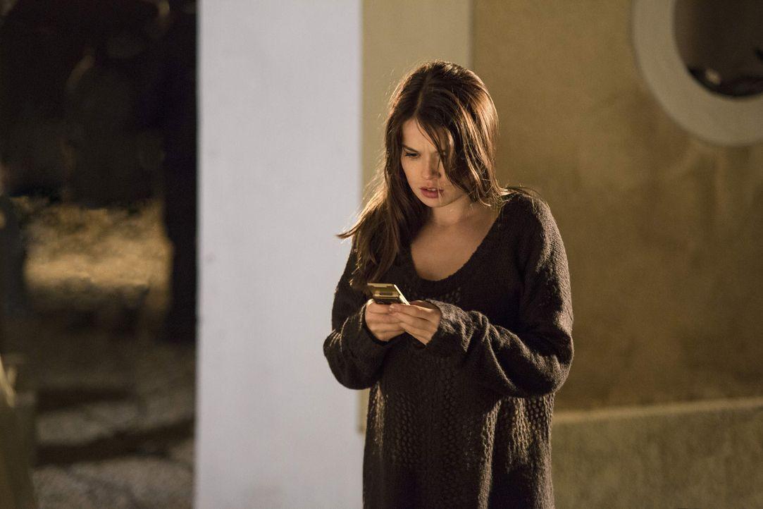 Die Vollwaise Mia (Zoe Moore) erkennt plötzlich, dass sie übernatürliche Kräfte hat, die sie in große Gefahr bringen ... - Bildquelle: Dominik Hatt sixx