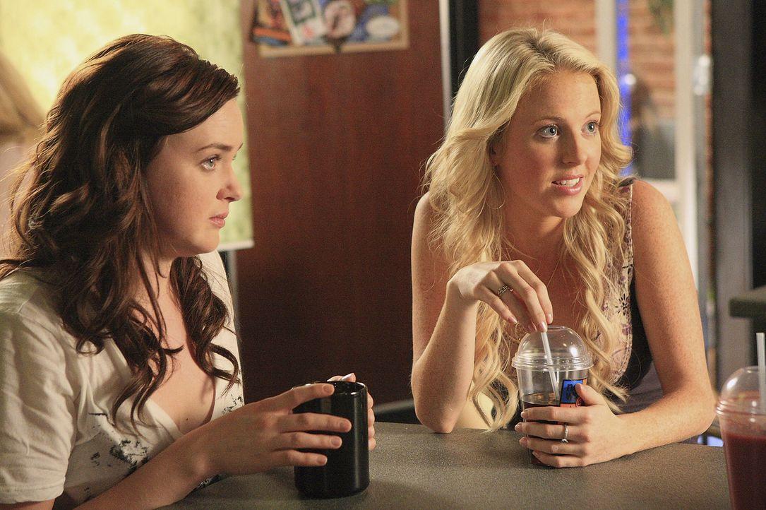 Der Schulball ist in Gefahr! Das gefällt Lori (April Matson, l.) und Hillary (Chelan Simmons, r.) natürlich ganz und gar nicht ... - Bildquelle: TOUCHSTONE TELEVISION