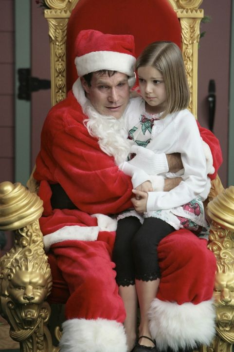 Da Sean (Dylan Walsh, l.) Weihnachten ohne seine Familie feiern muss, hilft er Liz im Einkaufszentrum als Weihnachtsmann verkleidet, mit Folgen ... - Bildquelle: TM and   2004 Warner Bros. Entertainment Inc. All Rights Reserved.