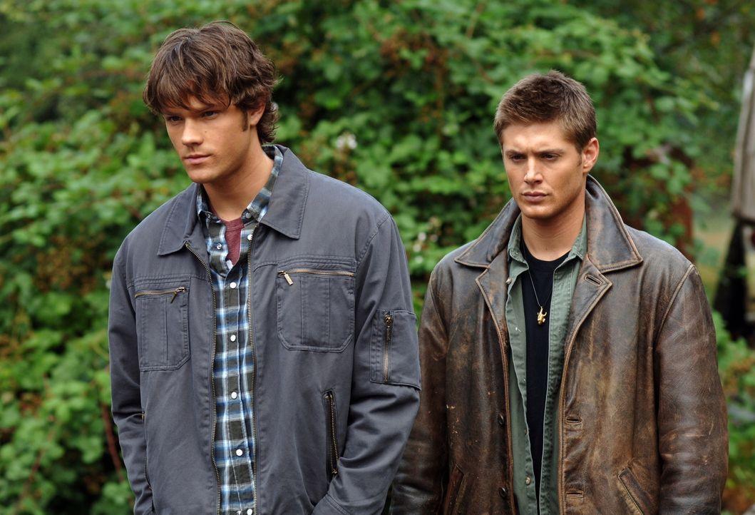 Sam (Jared Padalecki, l.) und Dean (Jensen Ackles, r.) gehen dem Verschwinden eines jungen Mädchens nach und stoßen auf weitere, in diesem See ertru... - Bildquelle: Warner Bros. Television