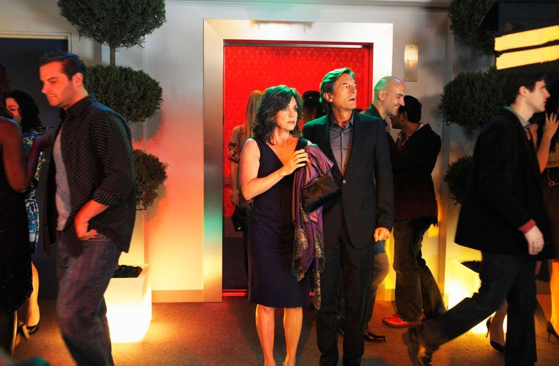 Aus rein geschäftlichen Gründen geht Nora (Sally Field, Mitte l.) mit Roger (Nigel Havers, M. r.) auf die Greenatopia Party, doch Roger hat ganz and... - Bildquelle: 2008 ABC INC.
