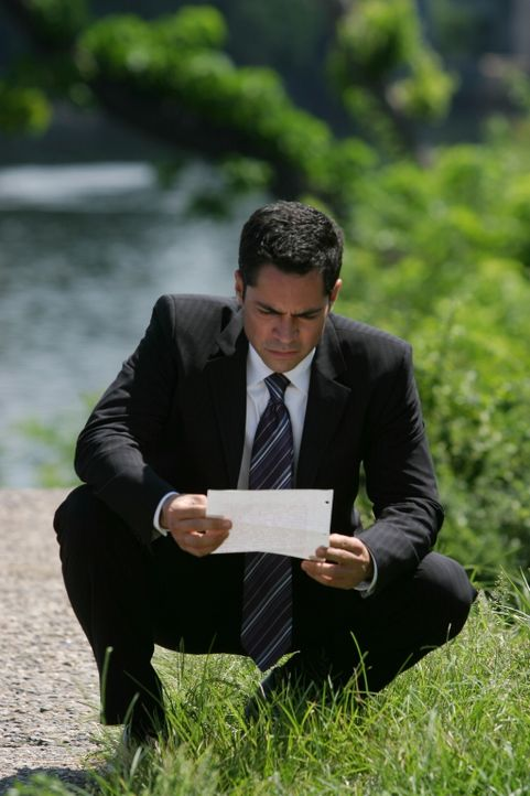 Kann der Zettel zur Aufklärung des aktuellen Falles beitragen? Det. Scott Valens (Danny Pino) ist sich noch nicht sicher ... - Bildquelle: Warner Bros. Television