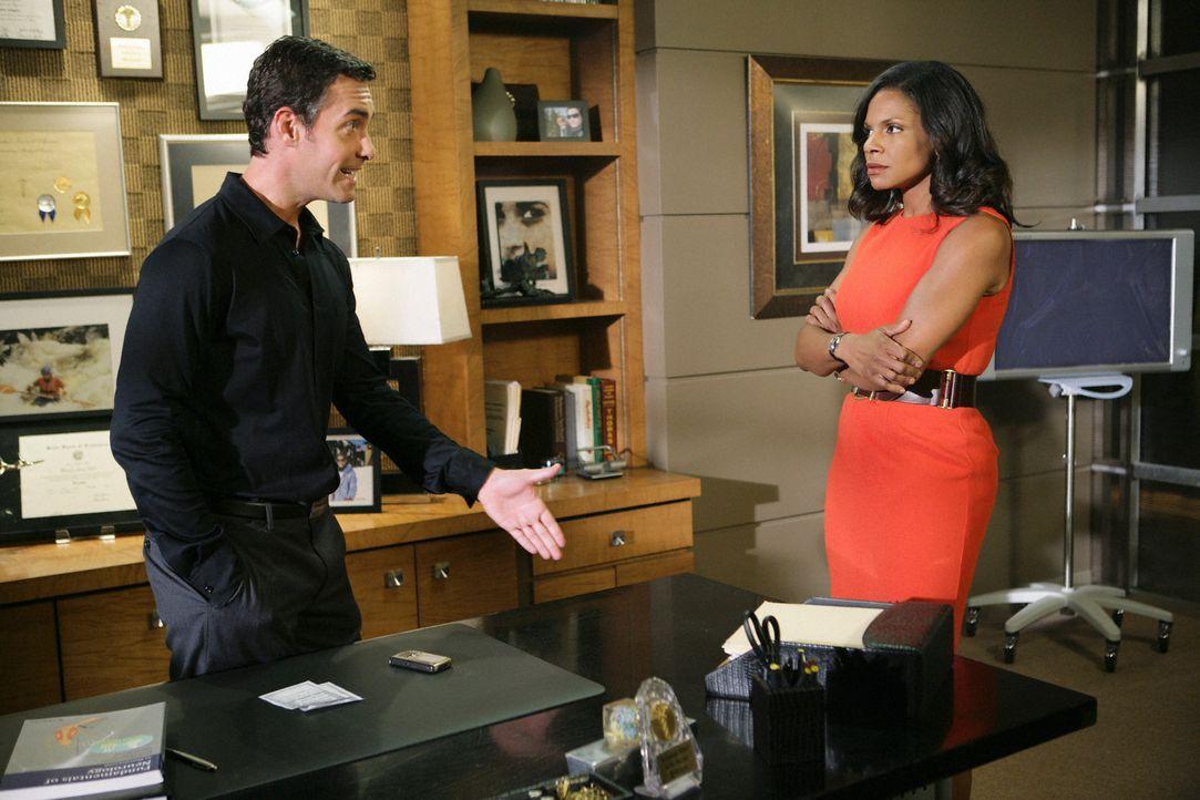 Wird Naomi (Audra McDonald, r.) das Angebot von Dr. Lockhart (Jay Harrington, l.) annehmen? - Bildquelle: ABC Studios