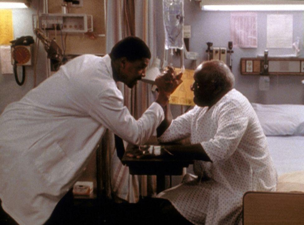 Der liebenswerte Charley (Bill Henderson, r.) will Dr. Benton (Eric LaSalle) von seiner Stärke überzeugen. - Bildquelle: TM+  2000 WARNER BROS.